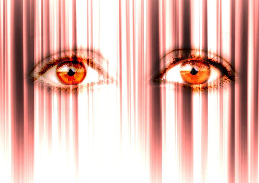 ojos de color naranja mirando fijamente
