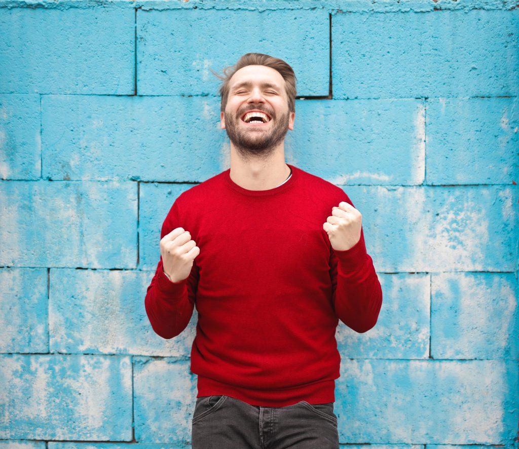 Hombre feliz ha conseguido su autocontrol