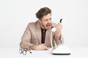 hombre gritando por teléfono