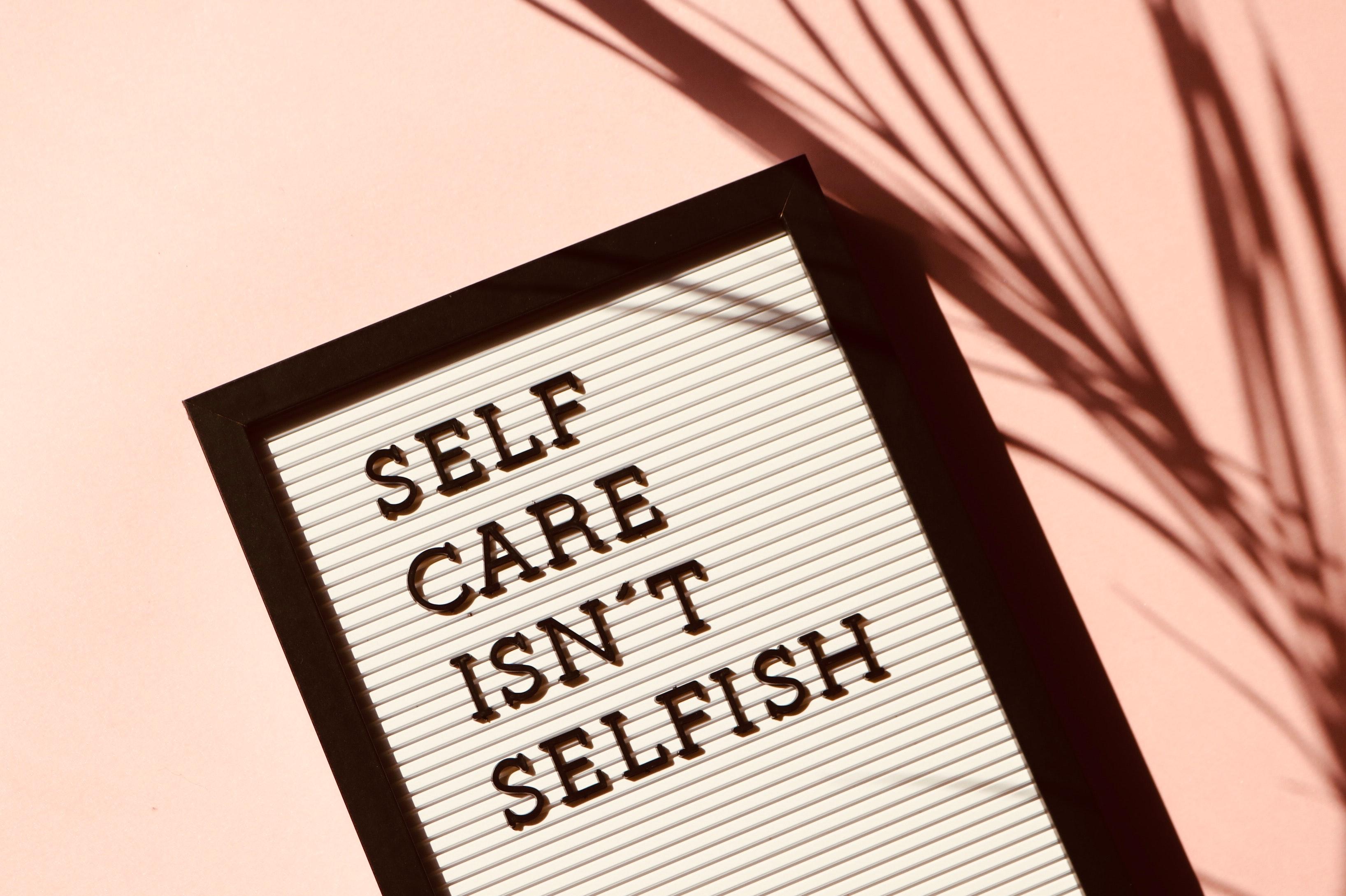 cartel que habla acerca de la autoestima y el egoísmo