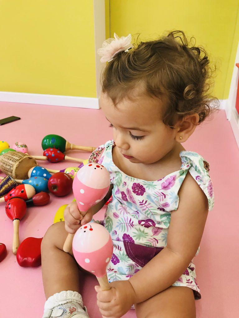 bebé jugando con maracas