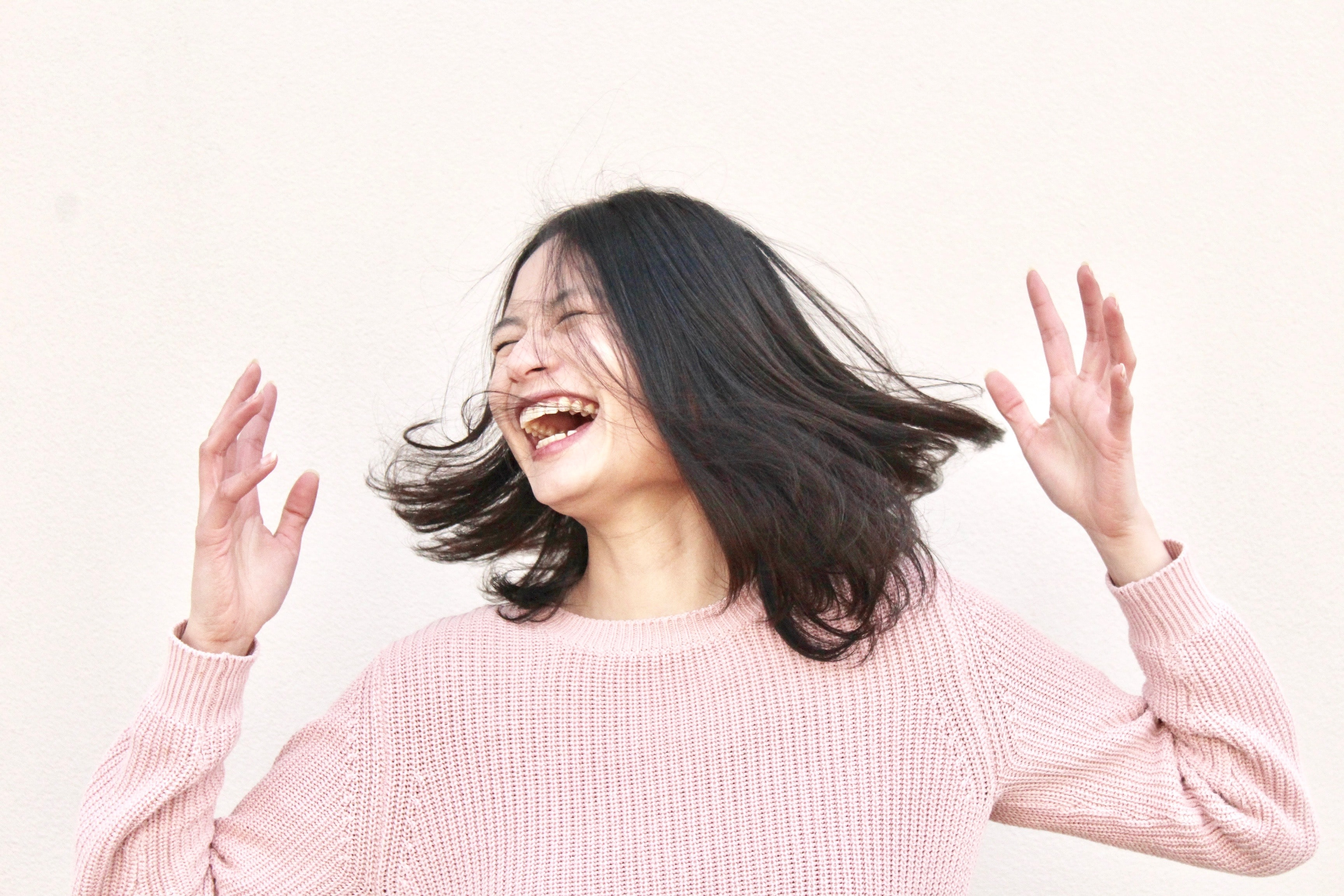 mujer muy contenta y riendo