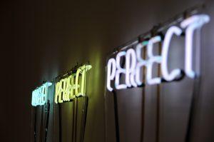 luces de neón con palabra perfecto