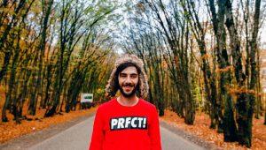 Hombre feliz sin ser perfeccionista