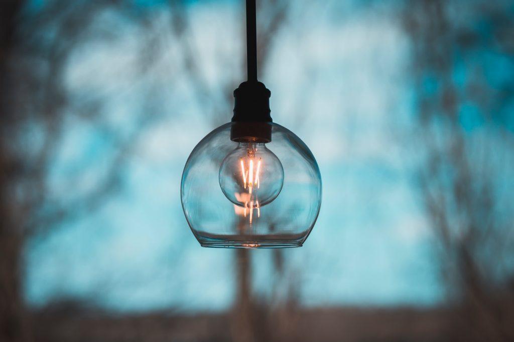 lámpara transparente con bombilla encendida