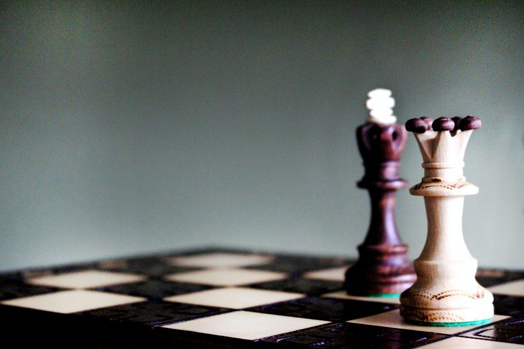 Rey y reina piezas de ajedrez