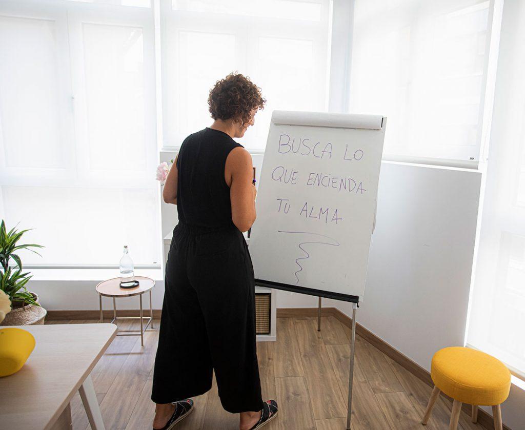 """Aida ha escrito en su pizarra la frase """"busca lo que encienda tu alma"""""""