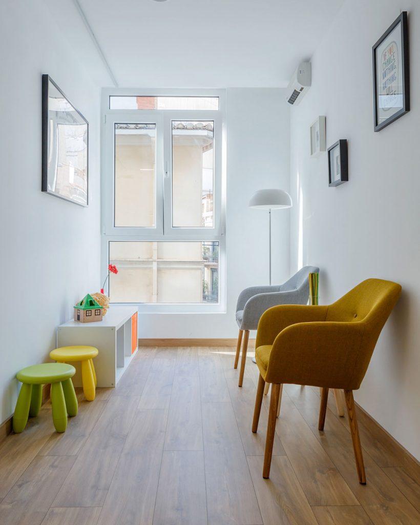Sala de espera para niños y sus padres, con taburetes de colores para niños y algunos juguetes