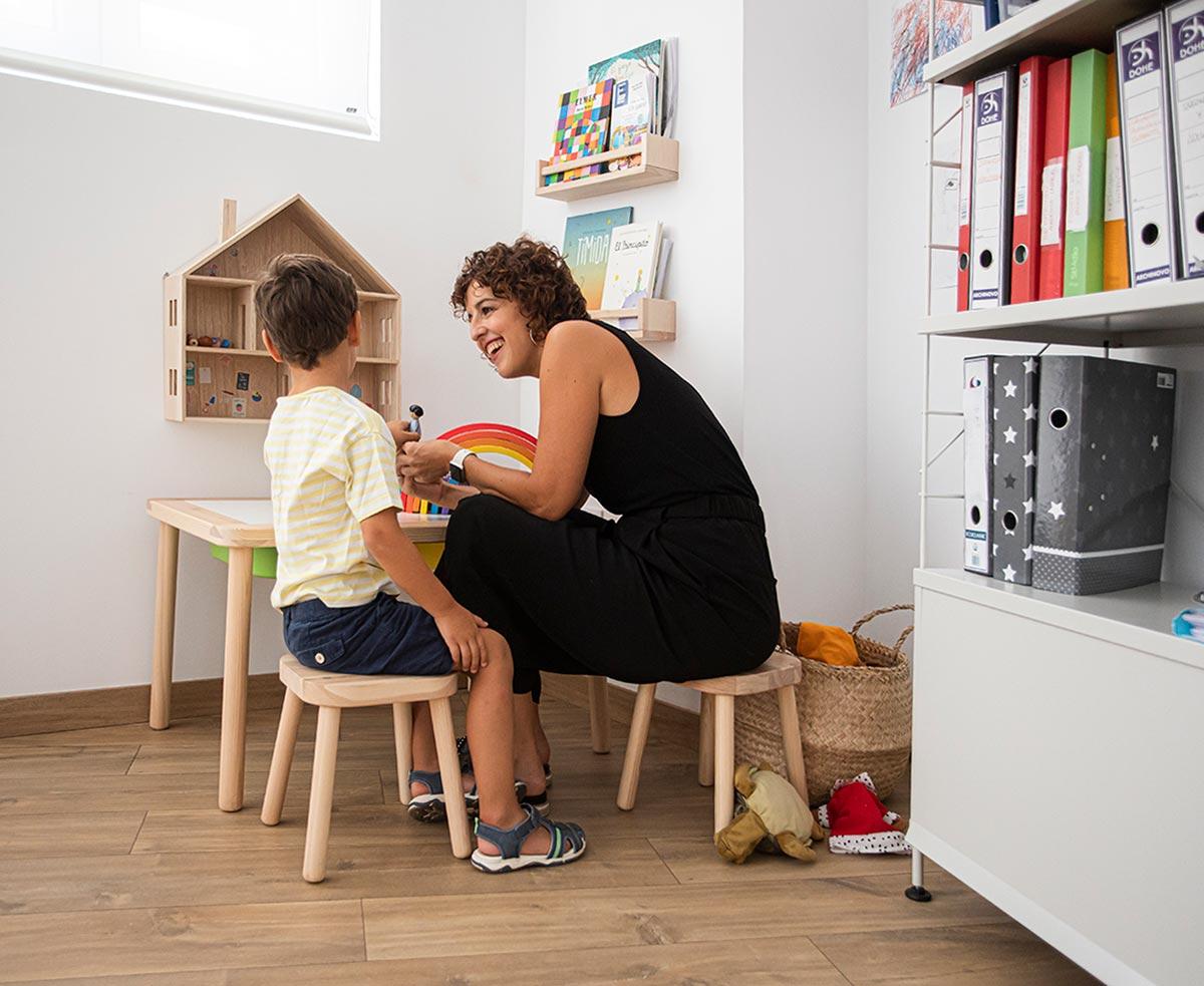 Consulta de terapia infantil individual con niño pequeño