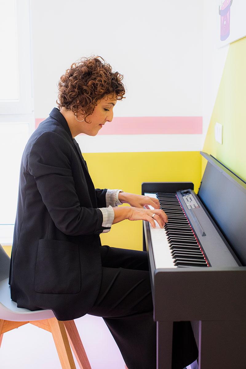Aida Fernández tocando el piano