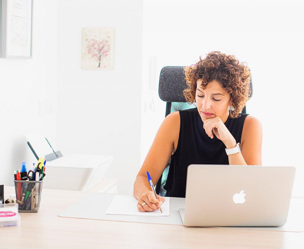 Aida preparando la terapia online para los grupos psicoeducativos