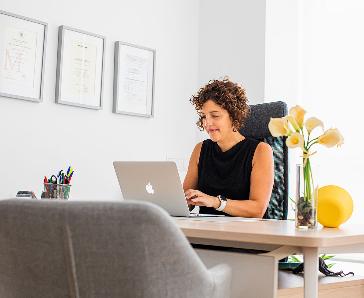 Aida en su despacho con el ordenador