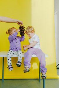 hermanos en sesión de fotos y uvas