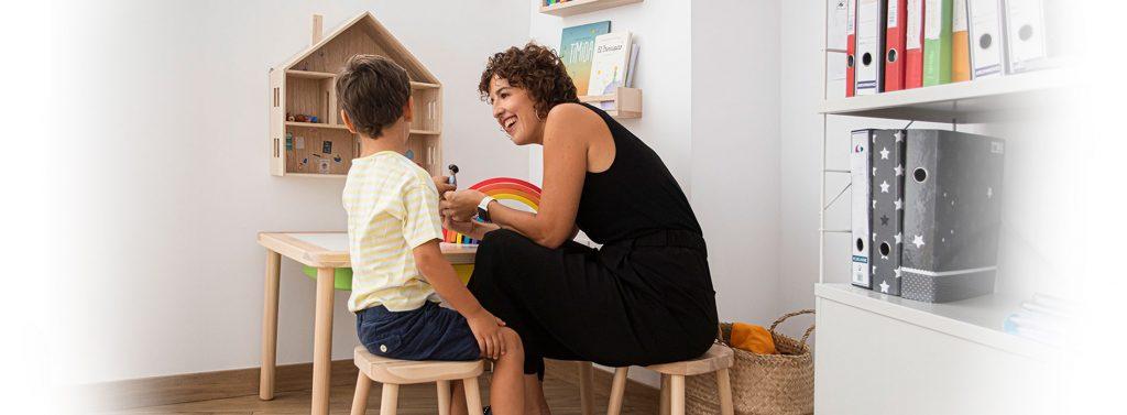 Consulta de terapia infantil, Aida con niño pequeño