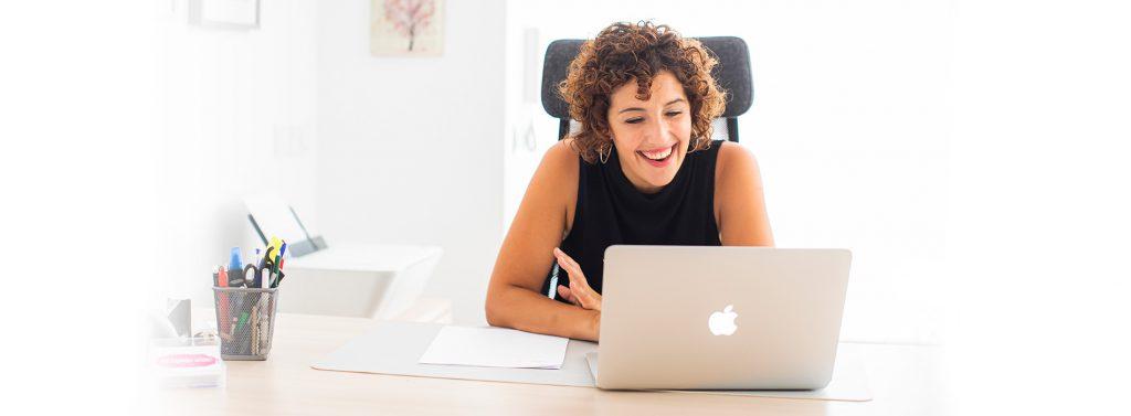 Aida Fernández delante de ordenador sonriendo