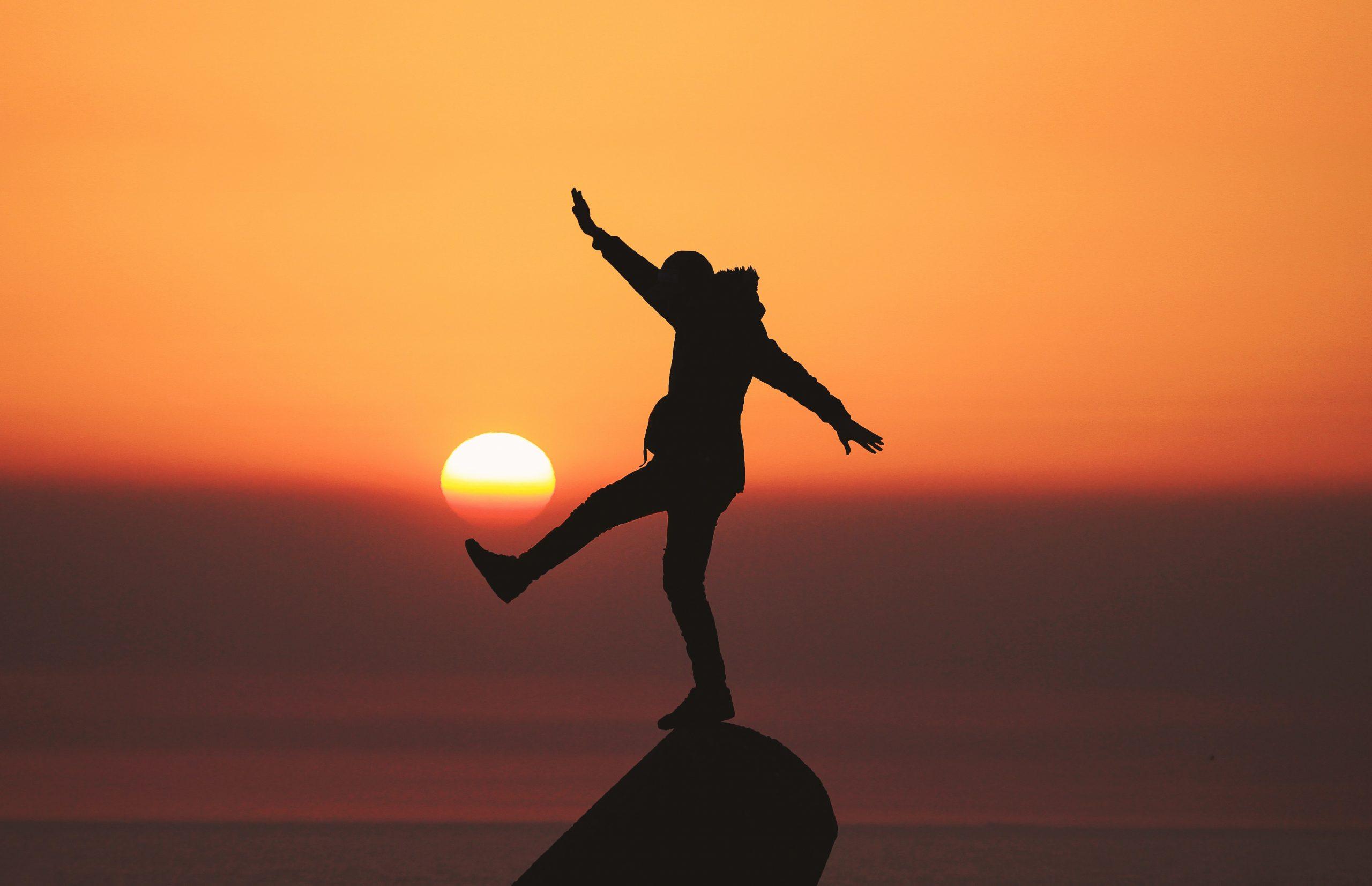 Persona haciendo equilibrio en el sunset