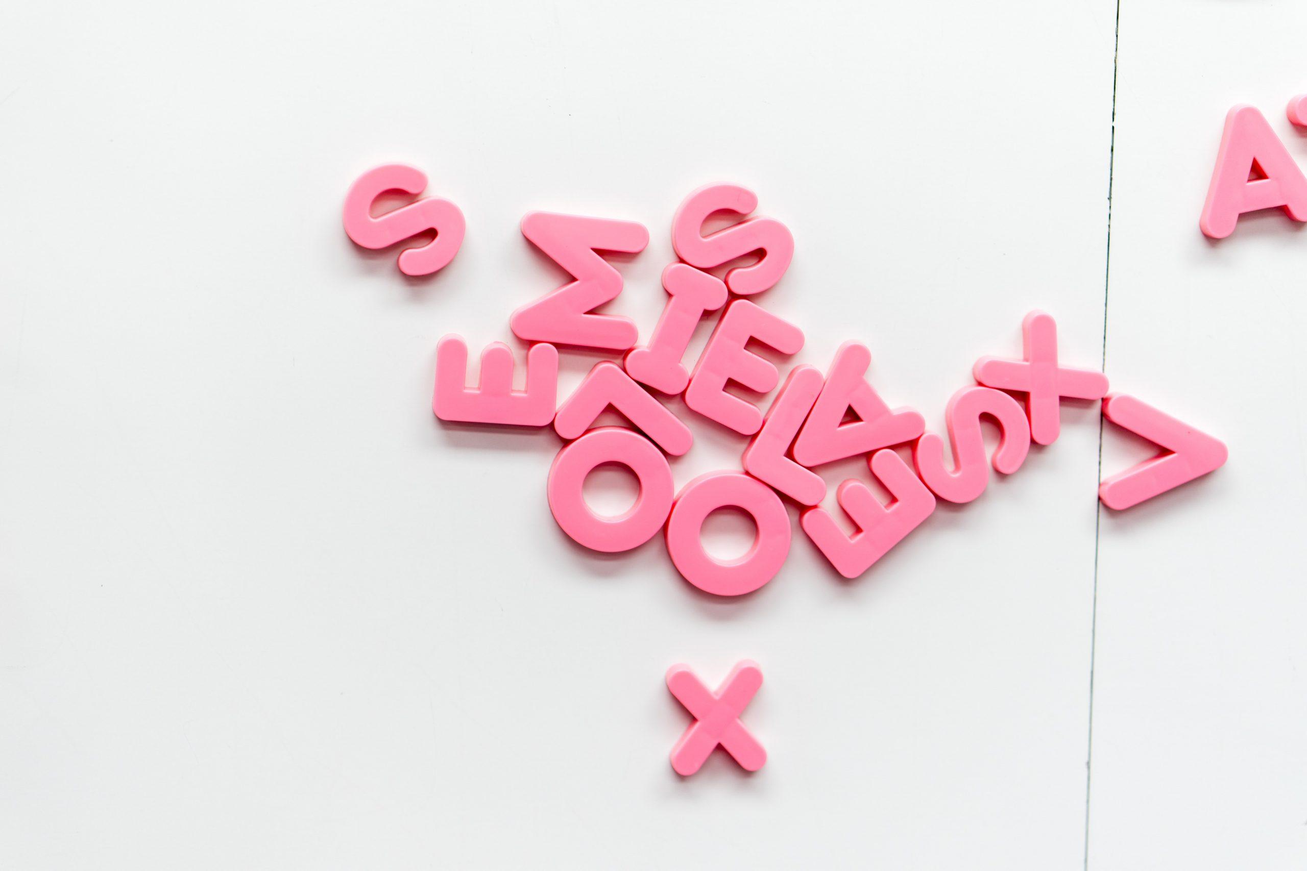 letras salteadas de color rosa